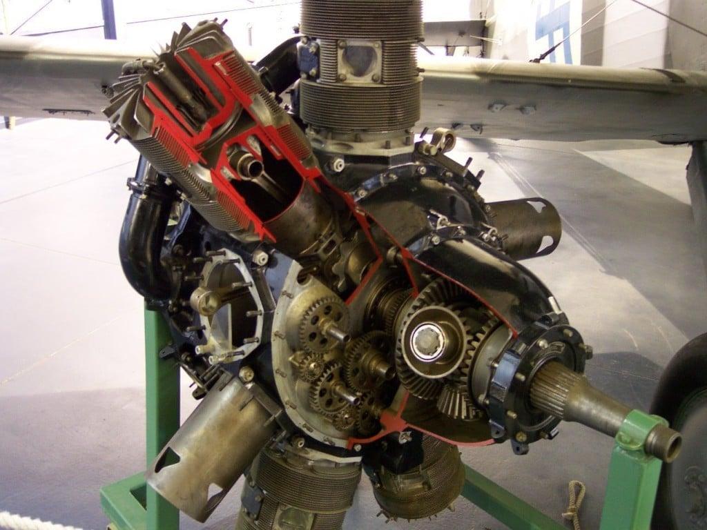 Двигатель с десмодромным механизмом газораспределения