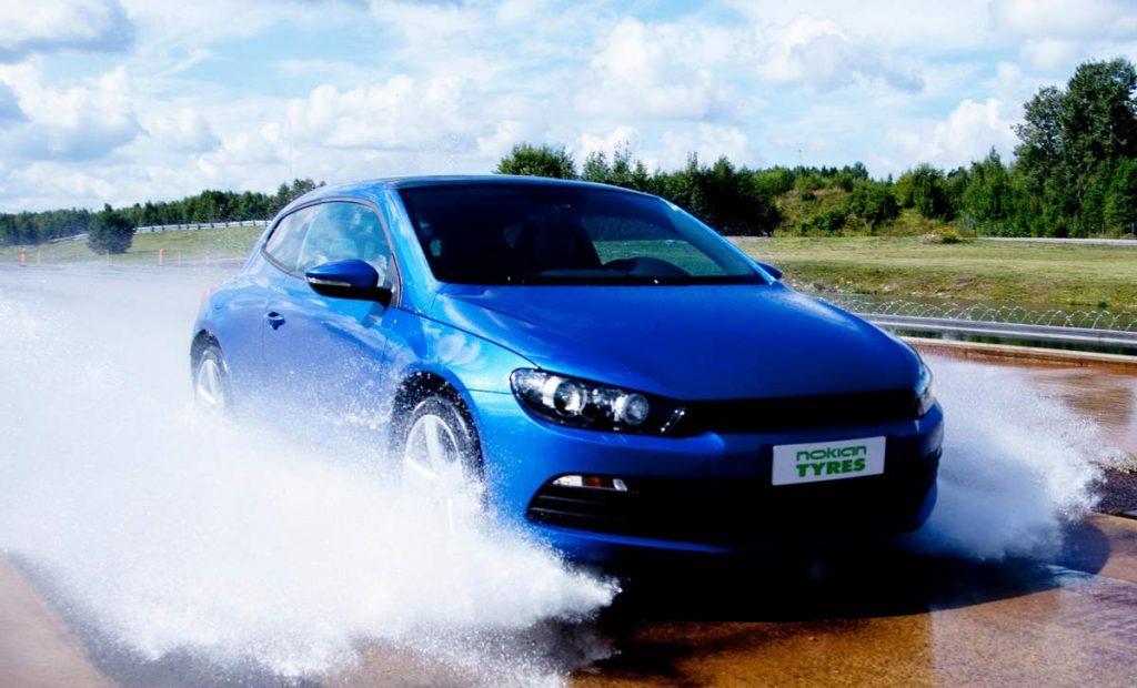 Автомобиль на мокрой дороге