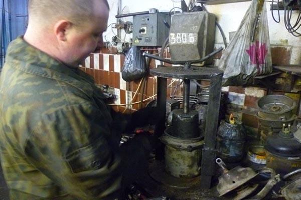 Использование пресса для разборки узла энергоаккумулятора