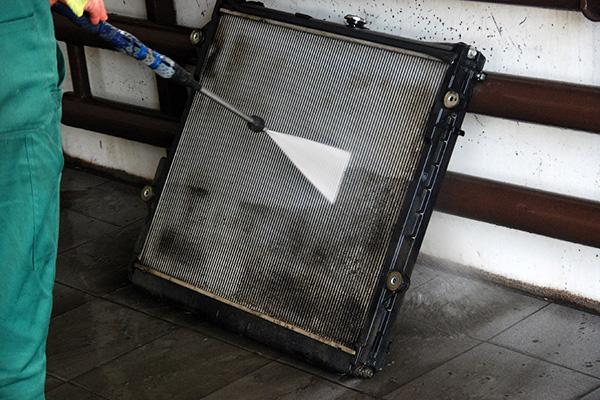 Чистка радиатора водой под давлением